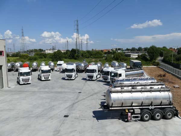 Camion-cisterna-per-il-carico-di-liquidi-milano