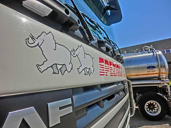 Servizio-carico-e-spedizione-con-camion-cisterne-milano